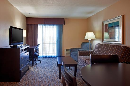 Holiday Inn Express San Clemente North: Suite with bedroom and living area