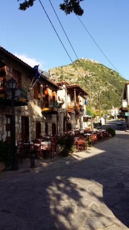 Mystras Inn: Street near hotel