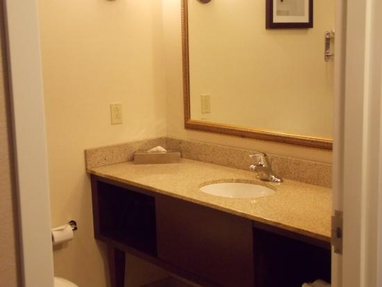 Canton, OH: Suite bathroom