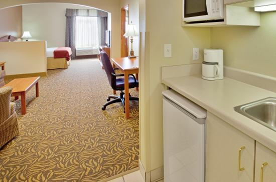 Columbus, NE: All Rooms Offer Refrigerators and Microwaves