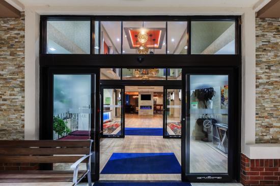 Holiday Inn Express & Suites Houston East: Entrance