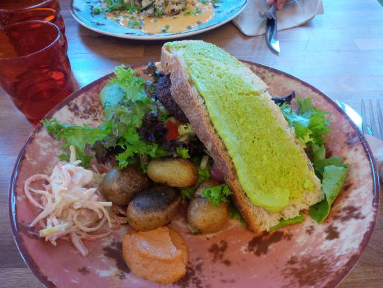 Tilstede Mat og Mer: Soya and black bean burger with salad, bread with avocado, and roasted potatoes.