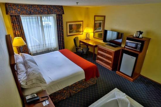 """Bemidji, MN: King Bed Room features a 40"""" Flat Screen Smart TV and Whirlpool"""