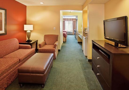 Norfolk, NE: Long Suite Seating Area