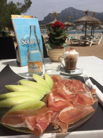Solleric: Den lite lugnare delen av bukten, servering på stranden