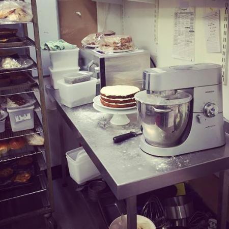 Νιούπορτ, UK: Cake frosting station!