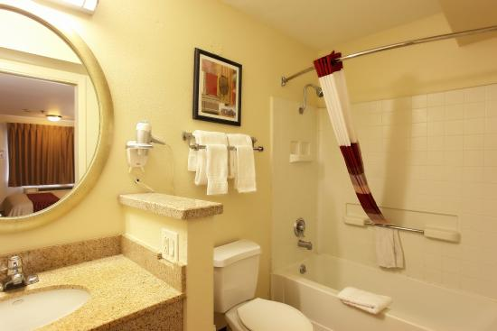 Red Roof Inn Rancho Cordova - Sacramento: Guest Bath