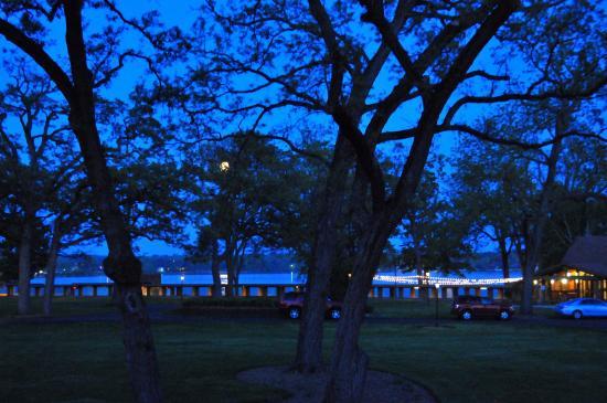Delavan, WI: quiet lake view room night