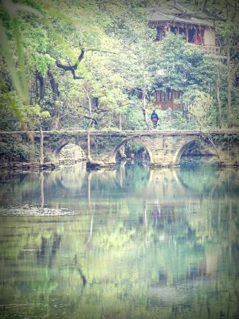 Libo County, จีน: 小七孔內的小橋也很美