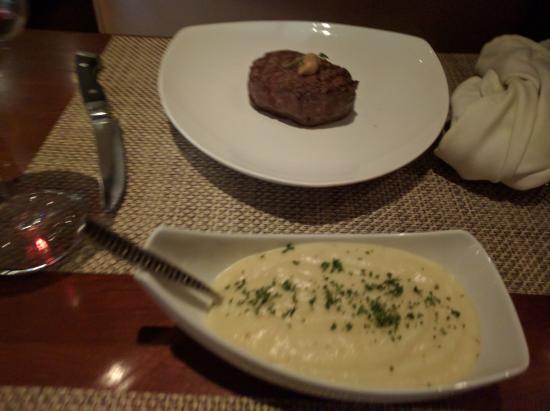 enoSTEAK: Tenderloin (filet mignon) and mashed potato side