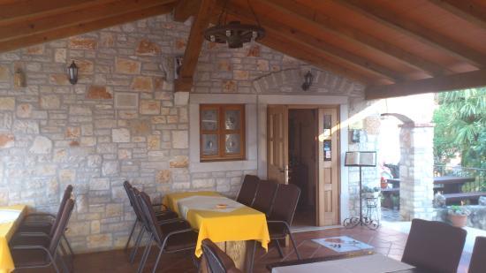 Kastelir, Kroatien: Auf der Terasse, Blick ins Lokal