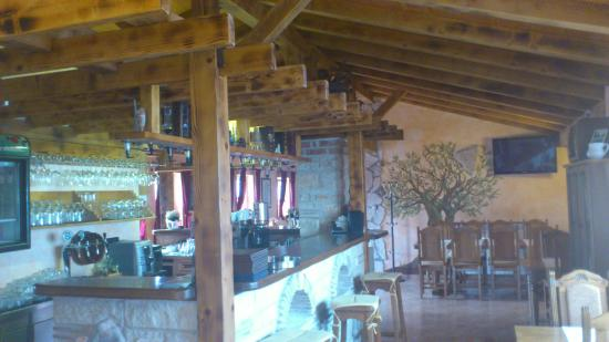 Kastelir, Κροατία: Blick ins Lokal auf den Tresen