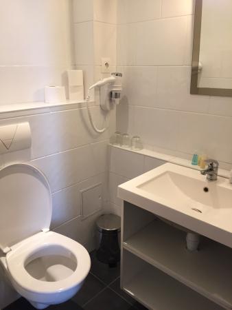 Hotel De L'Esplanade: salle de bain petite mais opérationelle