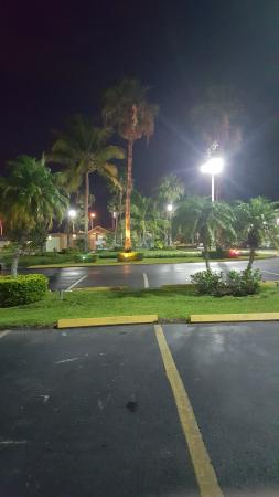 Florida City, FL: Well-manicured hotel grounds.
