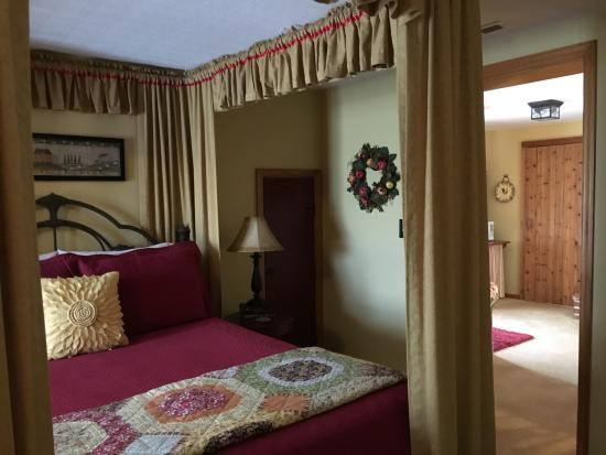 Apple Gate Inn B&B: suite 2 bed with entry into separate sitting room