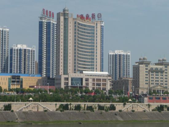 Ankang, Cina: Minjiang International Hotel [brown curved building]