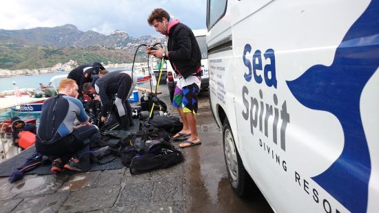 Giardini-Naxos, Włochy: Préparation des équipements avant d'embarquer