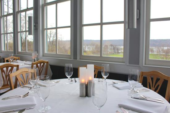 Trumansburg, NY: Enjoy dinner with a great view of Lake Cayuga