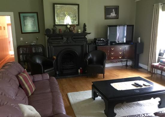 Headley Court B&B: Spacious, beautiful lounge area.
