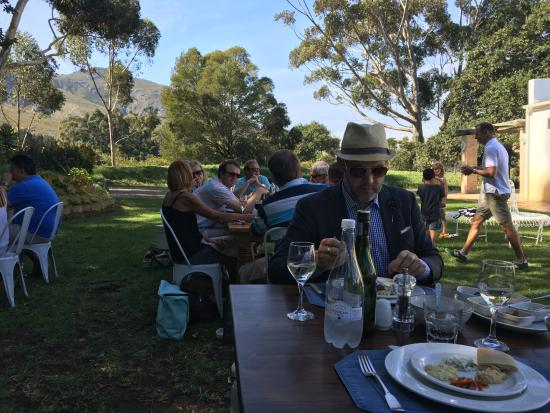 Stanford, Sudáfrica: Eating in the garden on a sunny Sunday...