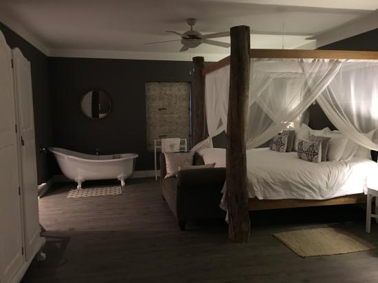 Stanford, Sudáfrica: Four-poster bed with stand-alone clawfoot tub