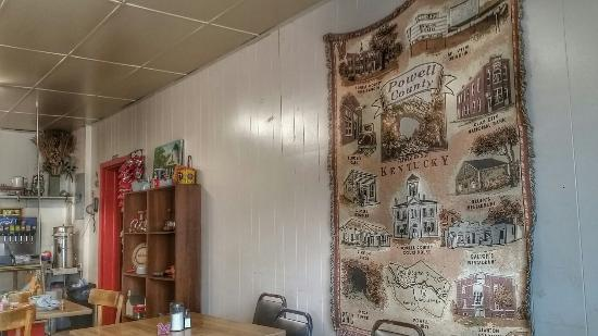 Stanton, KY: Great old time cafe decor, unintentional, but inviting.