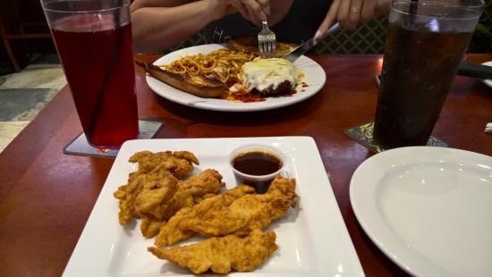 Upper Deck Ale & Sports Grille: Iscas de frango e barbecue
