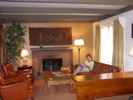 Sutter Creek Inn: Room seating area w/fireplace viewed from bed side.