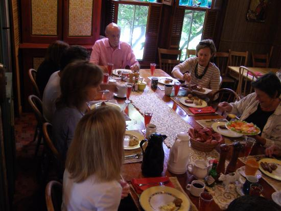 Sutter Creek Inn: Breakfast served in a congenial environment - meeting fellow travelers is enjoyable.