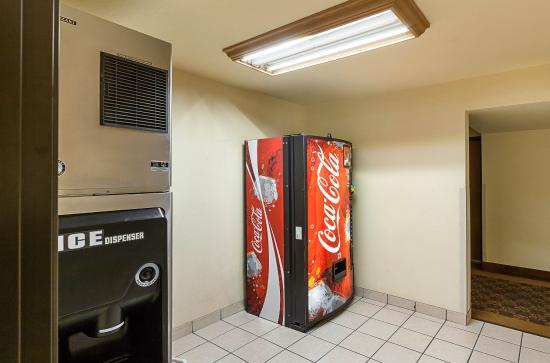 Quality Suites: Vending area