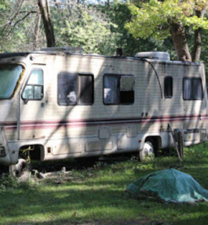 ‪‪Yorkville‬, إلينوي: Old, broken down Motor Home with broken out windows. People are living in this at Hide-A-Way Lak‬