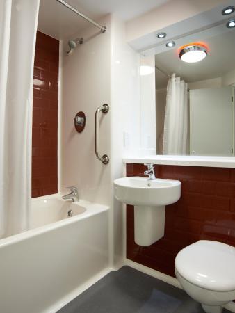 Travelodge London Excel Hotel: Bathroom with Bath
