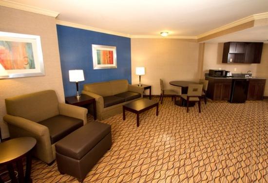 "Port Hueneme, Καλιφόρνια: Spacious living room area with 42"" flat screen TV"