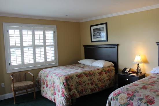 The Stamford Motel & Restaurant: clean room with comfortable beds and plenty of room made for a great nights sleep!