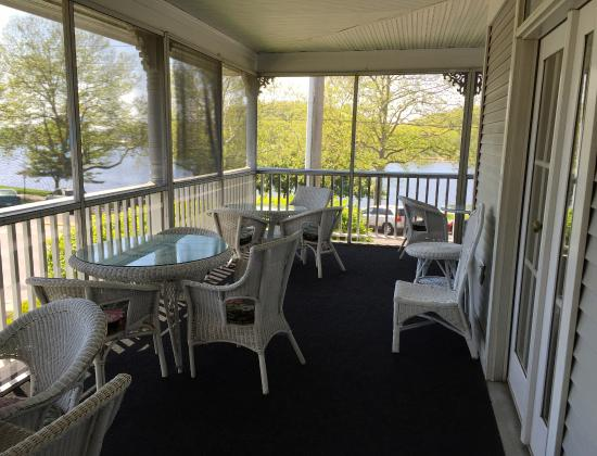 The Harbor House Inn: Screened porch