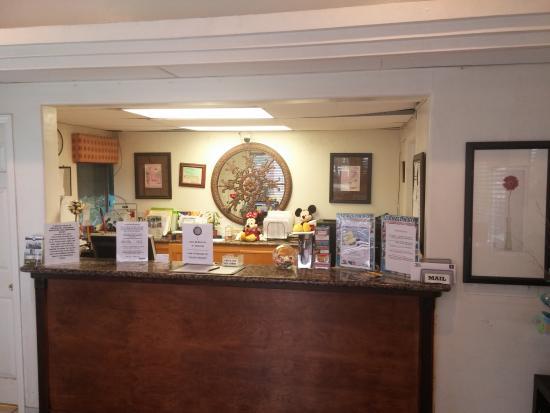Anaheim Maingate Inn: Hotel Front Desk