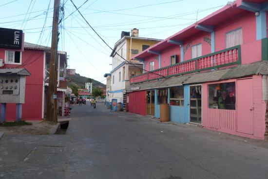 Bougainvilla Hotel: rue principale