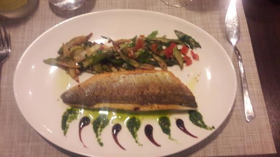 إيل دو فرانس, فرنسا: Filet de bar à la plancha, aux deux asperges, huile pistou