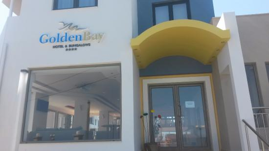 Golden Bay Hotel: Entrance to the hotel.