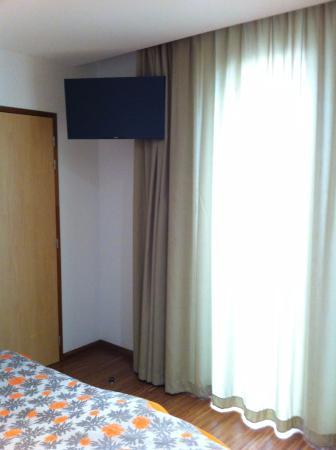 Vu du lit avec des rideaux qui ne filtre pas vraiment la lumière ...