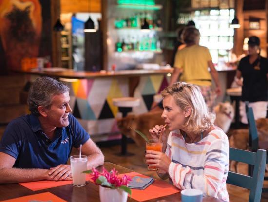 Ballena, Коста-Рика: Guests and bar