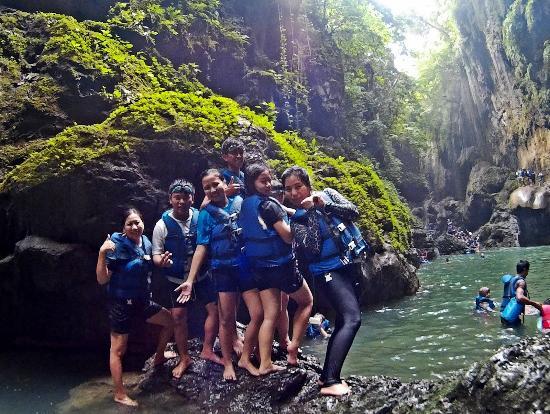 Западная Ява, Индонезия: Tebing hijau yang terdapat ukiran alam cantik ditambah hijau dan segarnya air membuat kita nyama