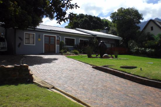 Marula Lodge Guesthouse: Entrance Drive