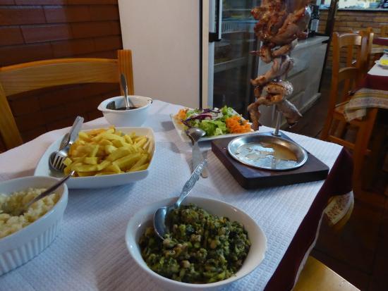 Lousa, Portugal: Brochette de porc et les accompagnements