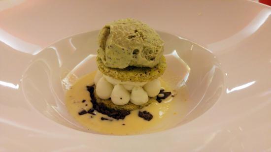 Zafferana Etnea, Italia: Celato al pistacchio con ricotta agli agrumi su letto di crema inglese e cioccolato di Modica.