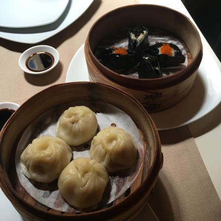 mi cucina di confine ravioli shanghai sulla sinistra e ravioli al nero