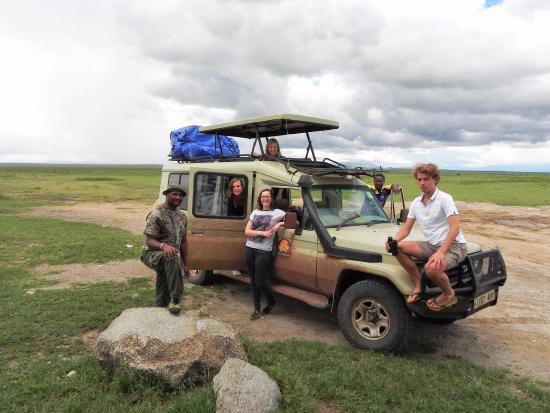 Greg Adventures: Grouppicture at the entrance of Serengeti NP