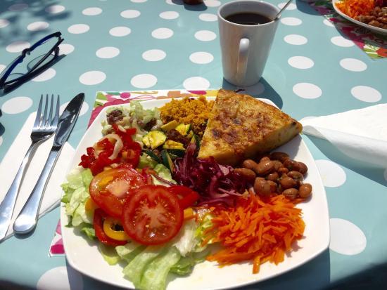 Bexhill-on-Sea, UK: Lovely Fresh Tasty Salad in the Garden