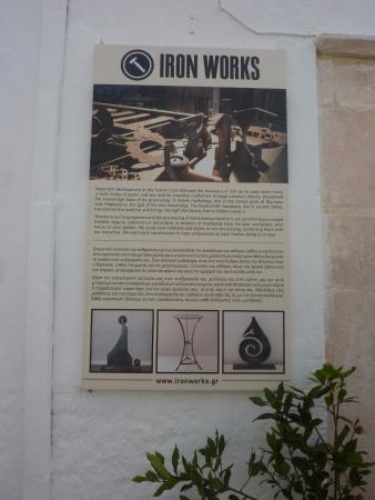 Ciudad de Naxos, Grecia: An explanatory poster outside the store