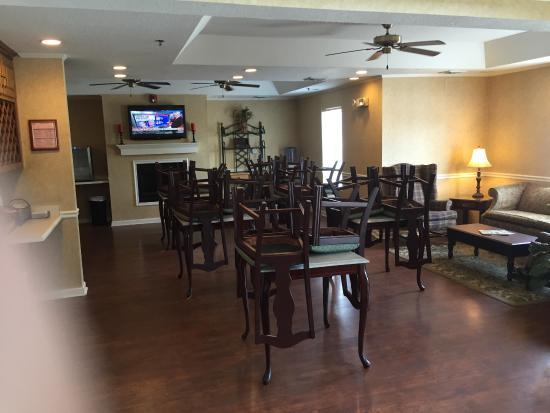 Jackson, TN: lounge area with breakfast area
